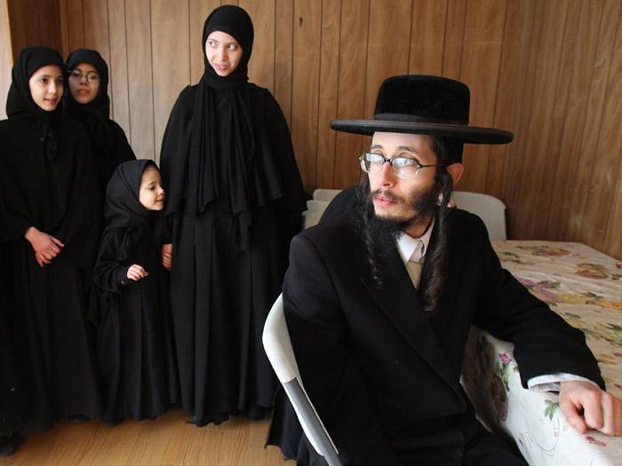 perempuan Yahudi, perempuan Nasrani di jazirah Arab, sudah menggunakan hijab atau kerudung penutup kepala