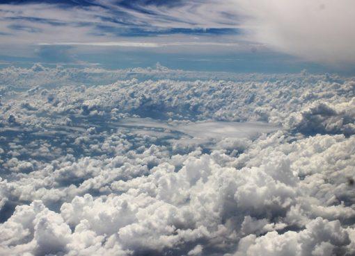 Menikmati Keindahan Alam dari Balik Jendela Pesawat