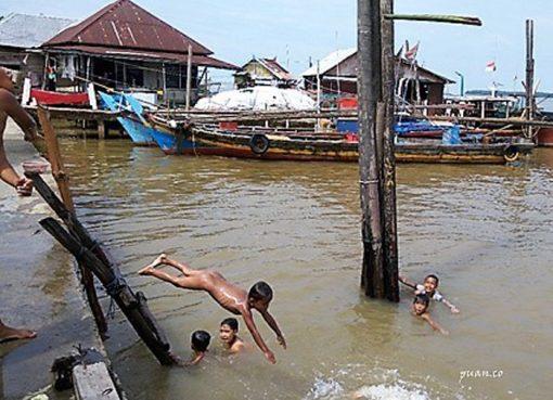 Sungai Musi sebagai kolam renang anak-anak desa